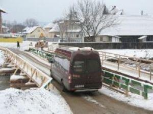 Deşi nu aveau nici o autorizaţie, mărginenii au strâns bani (circa 30.000 de lei) şi au ridicat podul într-o singură zi, circulaţia rutieră fiind reluată prin zonă