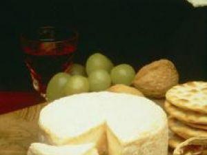 Camembertul este bogat în proteine şi vitamina B. Foto: ZEFA