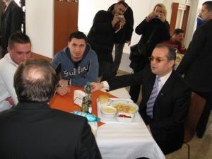 Emil Boc a mâncat la masă cu doi studenţi si cu Gheorghe Flutur