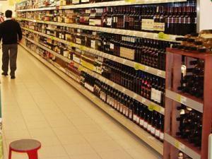 Băuturile spirtoase cu aromă de votcă, de cireşe, de afine etc au început să fie vânate nu numai pe raftul magazinelor. Foto: MEDIAFAX