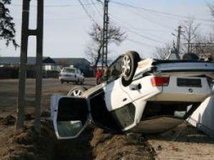 Persoana care s-a aflat la volanul acestei maşini va fi acuzată de punerea în circulaţie a unui autoturism neînmatriculat şi părăsirea locului accidentului