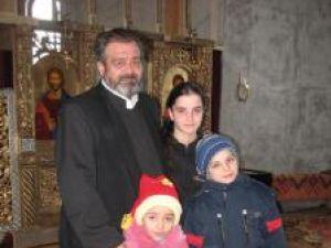 Părintele Mihai Negrea împreuna cu Ioana, Alexandru şi Florentina