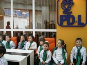 """Copiii din """"Patrula ECO-ŢĂNDĂREII"""" au făcut oră de educaţie ecologică în biroului deputatului Ioan Bălan"""