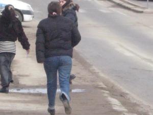 Cele trei femei îşi aşteptau clienţii la ieşirea din oraş spre Fălticeni