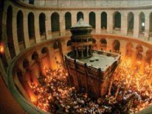 În noaptea Învierii: Lumina Sfântă de la Ierusalim, împărţită pe protopopiate