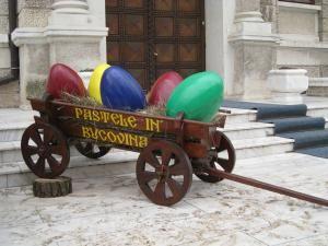În căruţa decorativă au fost aşezate, pe paie, cinci ouă de aproximativ 40 de centimetri