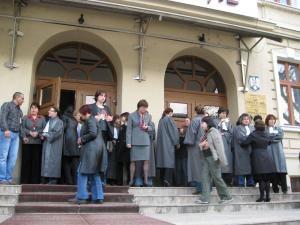 Grefieri ai instanţelor sucevene au participat, ieri, la un protest spontan în faţa Palatului de Justiţie