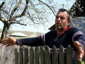 """Mihai Ilincan, tatăl care îşi """"educă"""" copilul cu cuţitul"""