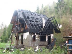 Cabana a ars ieri aproape în întregime