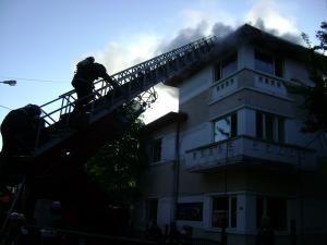 """Clădirea în care a funcţionat restaurantul """"La Fitze"""" a fost cuprinsă de flăcări"""