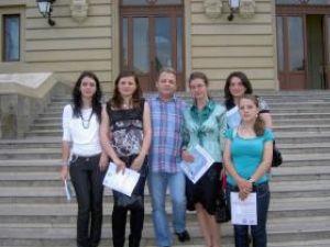 Studenţi de la Facultatea de Litere alături de profesorul Dorel Fînaru, la Iaşi, la colocviul naţional