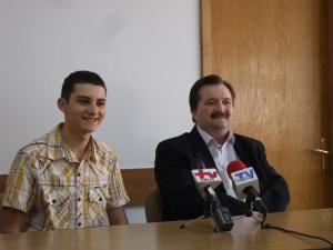 Elevul Constantin Popa, alaturi de profesorul sau Marcel Porof