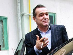 Gigi Becali, care a obţinut un mandat de europarlamentar, nu poate părăsi ţara. Foto: MEDIAFAX