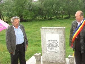 Preşedintele Comunităţii Evreilor din Suceava, Sorin Golda, şi primarul Ion Băiţan la monumentul de la Zahareşti