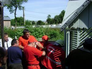 Ajutaţi de localnici, pompierii au reuşit să o scoată afară pe femeia căzută în fântână