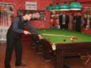 Turneul de snooker de la Suceava a oferit partide atractive, iar participanţii (foto dreapta) au remarcat organizarea fără cusur a competiţiei