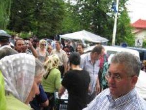 Pelerinii au fost întâmpinaţi cu sarmale şi sticle cu apă minerală de către primarul Ion Lungu