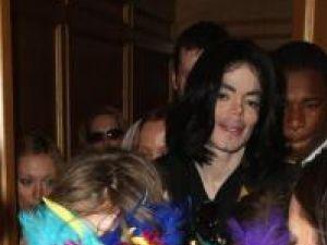 Michael Jackson, împreună cu doi dintre copiii săi, pe 15 mai 2009. Foto: CONTACTMUSIC
