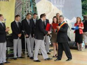 După festivitatea de premiere de pe scena ridicată în centrul oraşului, primarul Ion Lungu şi componenţii echipei de handbal au dorit să aibă o amintire de grup