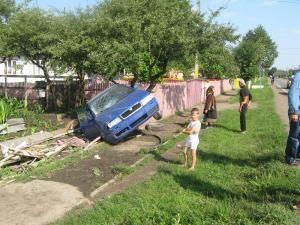 Maşina s-a oprit în curtea unei gospodării din Milişăuţi