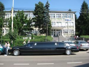 """Limuzina de opt metri, parcată în faţa Colegiului Naţional """"Petru Rareş"""", a atras privirile tuturor"""