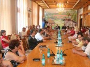 Întâlnirire între fermieri, procesatori şi administraţia judeţeană, organizată de preşedintele Consiliului Judeţean, Gheorghe Flutur, şi de prefectul Sorin Popescu