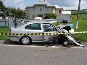 Maşina în care se aflau două familii din Bacău s-a izbit violent într-un podeţ din beton