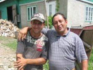 Vasile Lupan, tânărul salvator, alături de tatăl său