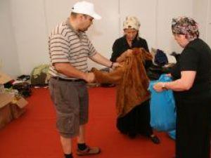 """Organizatorii campaniei """"Suflet bucovinean"""" lucrează la sortarea bunurilor donate"""
