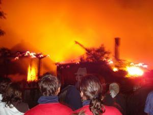 Un trăsnet a lovit o gospodărie şi a provocat un puternic incendiu în comuna Marginea