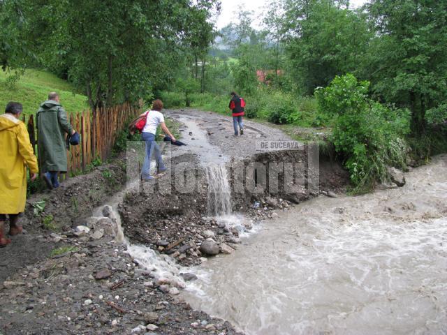 Drumul de acces dinspre masivul Rarău pe Izvorul Alb a fost rupt ieri, în timpul ploilor abundente