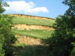 Alunecarile de teren care ii sperie pe oamenii de la baza dealului