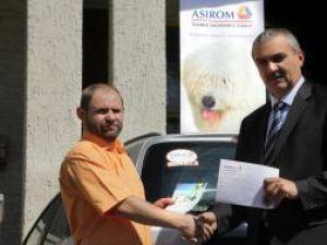 Constantin Peslar, al doilea câştigător din judeţul Suceava, alături de directorul sucursalei ASIROM VIG Suceava, Sorin Bărbuţă