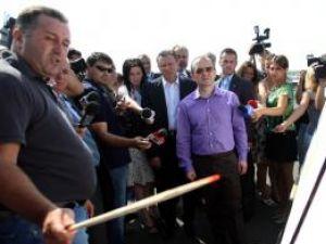 Premierul Boc şi ministrul Berceanu pe şantierul centurii Timişoarei. Foto: MEDIAFAX