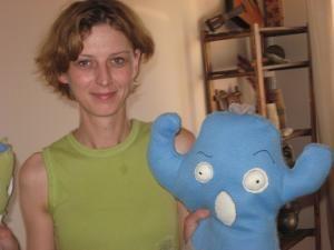 Simona Covaliu cu monştrii şi păpuşile pe care le-a creat