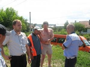 Mai mulţi proprietari de terenuri din comuna Şcheia, nemulţumiţi de modul în care se realizează lucrările de asfaltare a intersecţiilor cu drumurile secundare