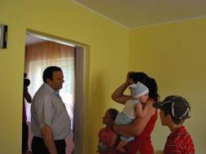 Printre cei care au primit case noi s-a numărat şi o familie cu cinci copii