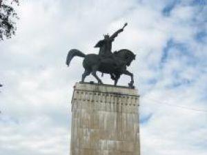 Bazorelieful căzut de pe soclul statuii lui Ştefan cel Mare