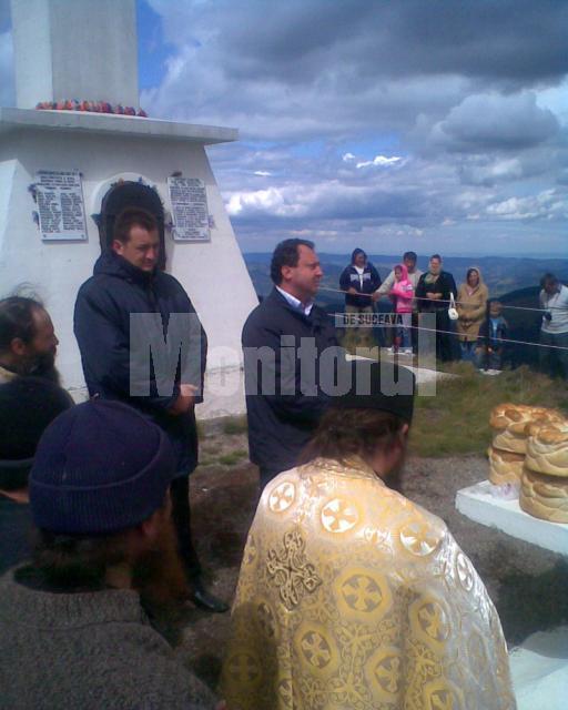 Ceremonie religioasă, la 1857 m altitudine, pe vârful masivului Giumalău