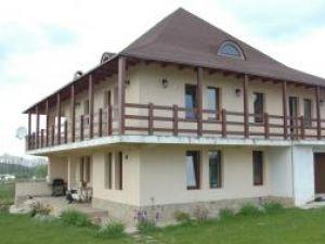 Casa este lângă Cetatea de Scaun, amplasata pe un teren de 1.600 de metri pătraţi
