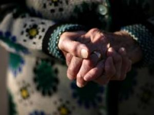 Bunicii Sucevei se roagă să fie primiţi în casa bătrânilor singuri. Foto: MEDIAFAX
