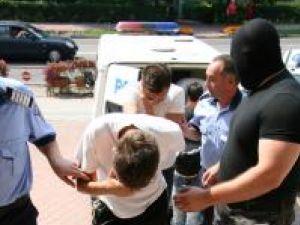 Nouă din cei zece membri ai reţelei de cărăuşi de droguri de mare risc au fost duşi, ieri, la Curtea de Apel Suceava