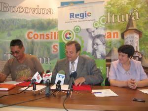 Gheorghe Flutur a semnat, în cursul zilei de ieri, contractul pentru modernizarea drumului judeţean Dolhasca – Gulia – Probota