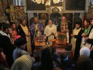 """Preotul Constantin Mihoc (cel încercuit), acum doi ani, la  Capela """"Buna Vestire"""" unde, an de an, familia Mihoc se reuneşte, în preajma zilei de Sf. Dumitru"""