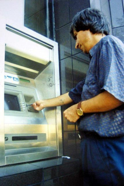 Consumatorul trebuie să cunoască toate costurile pe care le implică cardurile de debit şi credit
