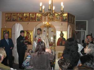 Preotul Constantin Mihoc în mijlocul credincioşilor ortodocşi din Berlin