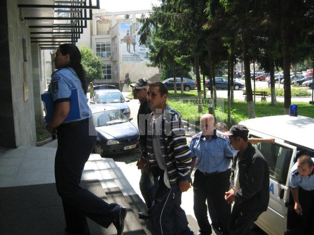 Fraţii Bejinariu susţin că poliţistul ar fi lovit primul, însă mărturiile sătenilor care au asistat  la bătaie îi contrazic