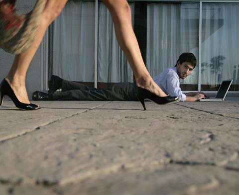 Un bărbat urmăreşte cu privirea, în fiecare zi, zece femei care i-au atras atenţia. Foto: ZEFA