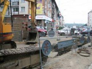Viceprimarul Viorel Seredenciuc a trecut să viziteze şantierul de lângă Casa Culturii şi a constatat că nici un muncitor nu se afla la lucru