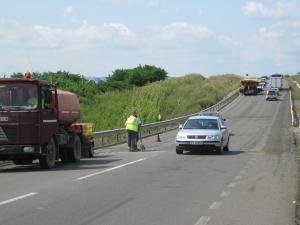 Zilele trecute a început decaparea stratului de asfalt de pe două podeţe din localitatea Stroieşti